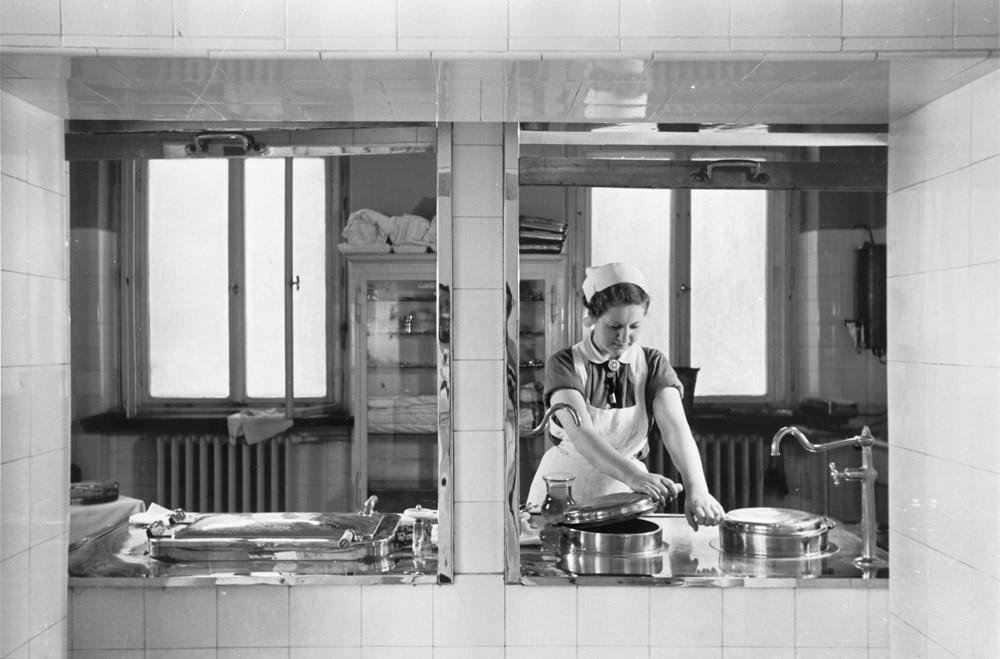 Herbert Sonnenfeld, Durchreiche zwischen OP und Instrumentensterilisation im Jüdischen Krankenhaus in Berlin, Iranische Straße 2, ca. 1935; Jüdisches Museum Berlin, Ankauf aus Mitteln der Stiftung Deutsche Klassenlotterie Berlin