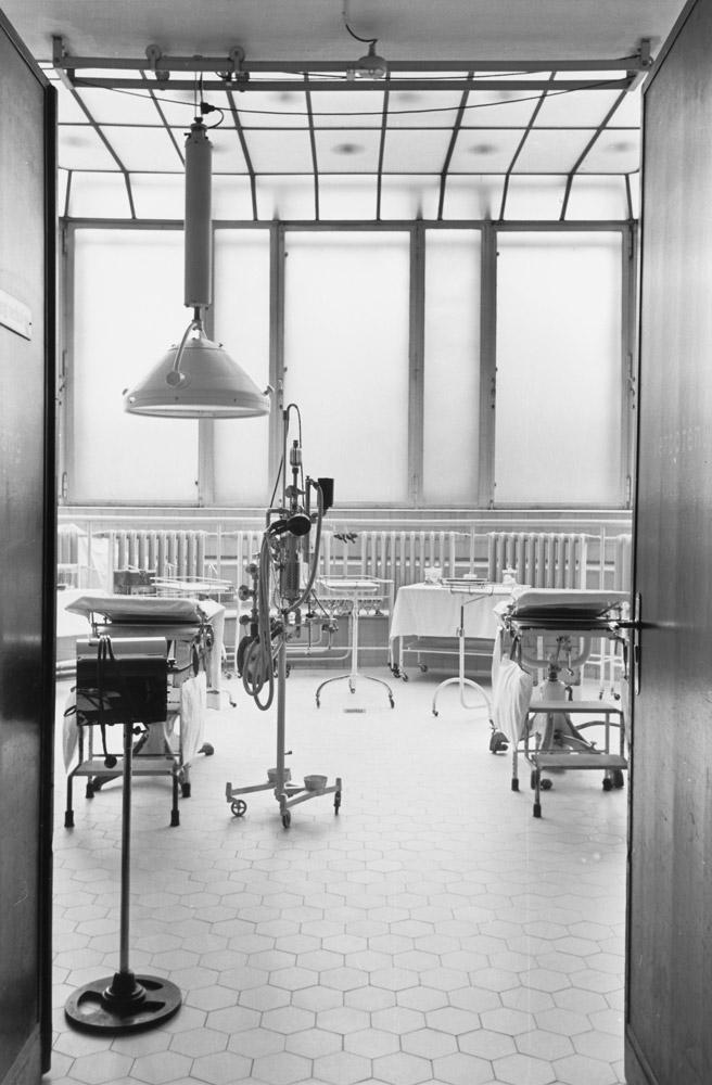 Herbert Sonnenfeld, Der Operationssaal im Jüdischen Krankenhaus in Berlin, Iranische Straße 2, Berlin ca. 1935; Jüdisches Museum Berlin, Ankauf aus Mitteln der Stiftung Deutsche Klassenlotterie Berlin