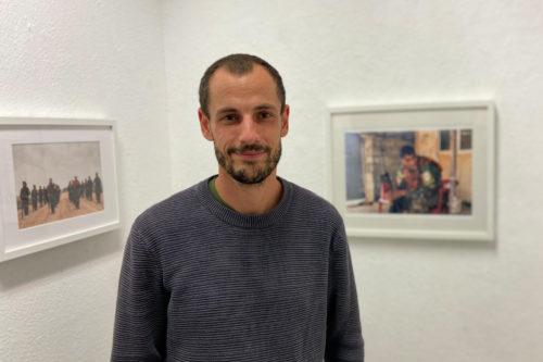 """Michael Terhorst in seiner Ausstellung """"MOMENTE"""""""