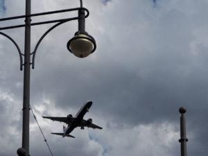 Wahnsinn mit den Flugzeugen direkt über der Stadt