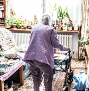 Alleinesein im Alter - eine Frau mit Rollator