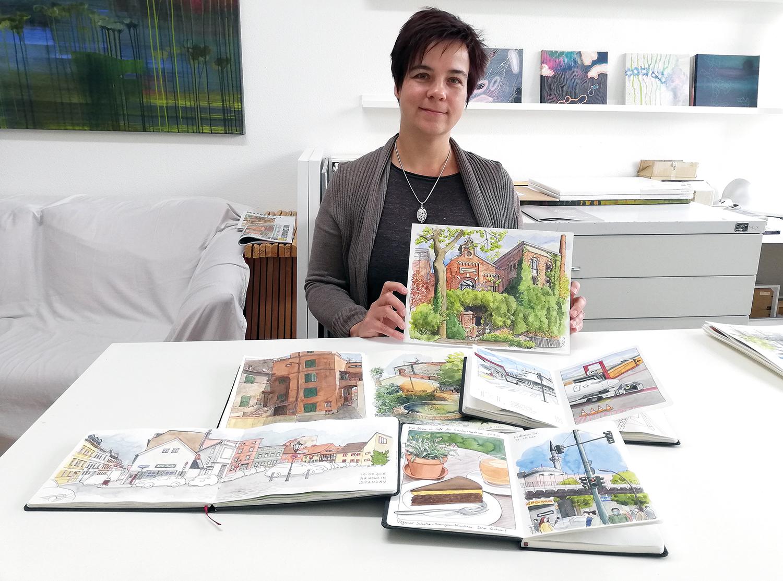 Katrin Merle mit ihren Zeichnungen