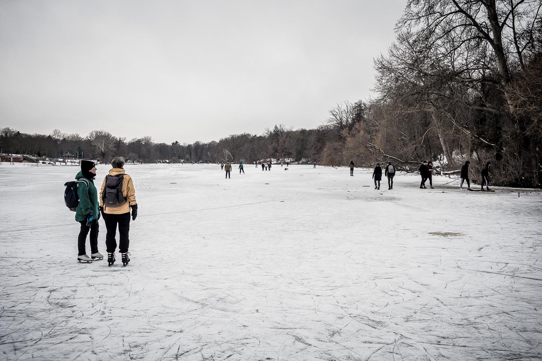 Cool down! Leute auf dem zugefrorenen See.