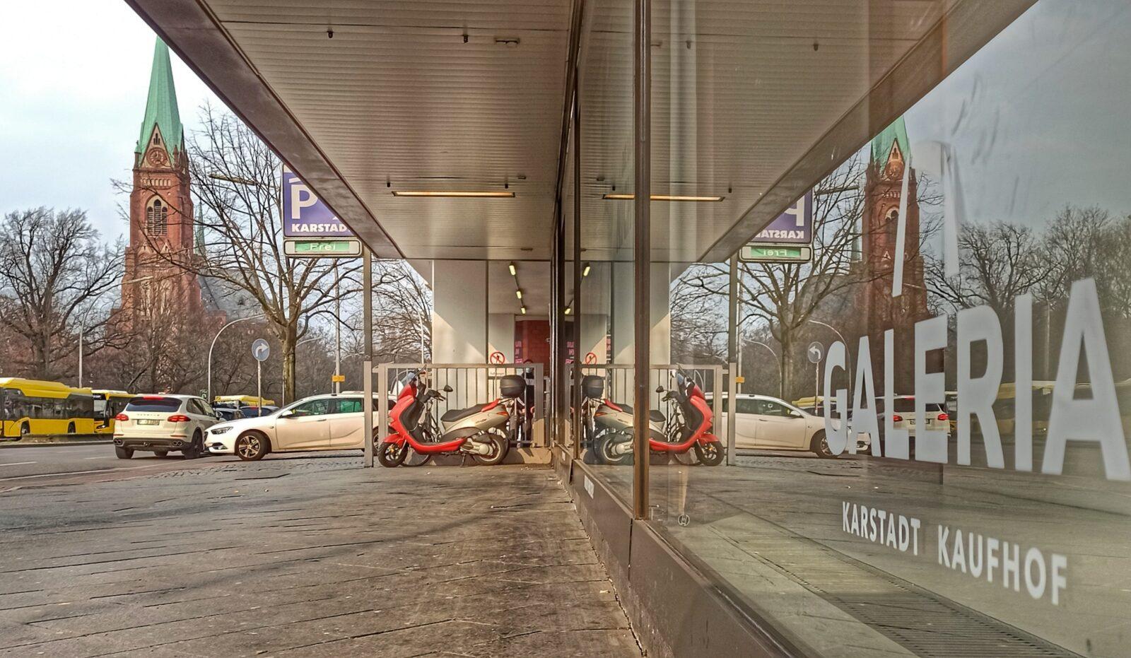 Karstadt Schaufenster am Warenhaus