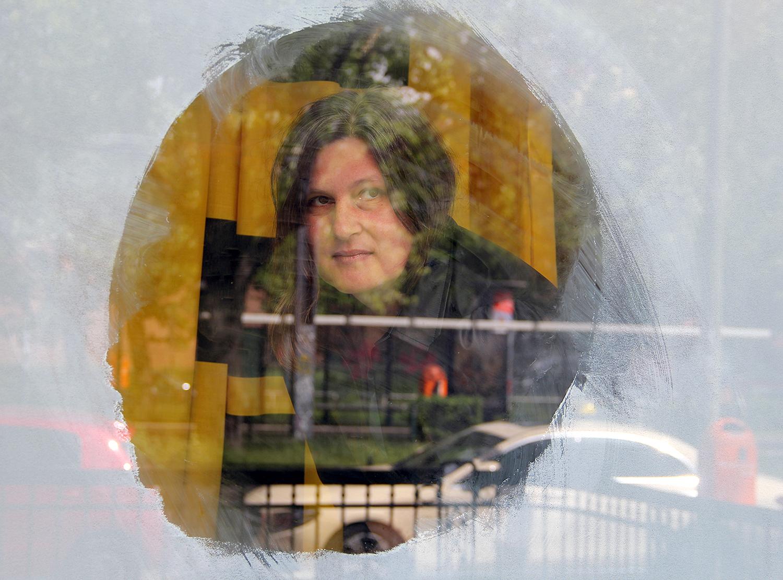Die Künstlerin Suse Weber schaut durch das Fenster ihrer Studio//Bühne auf die Osloer Straße.