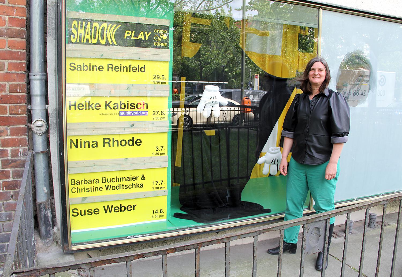 Künstlerin Suse Weber vor der Studio//Bühne in der Osloer Straße.