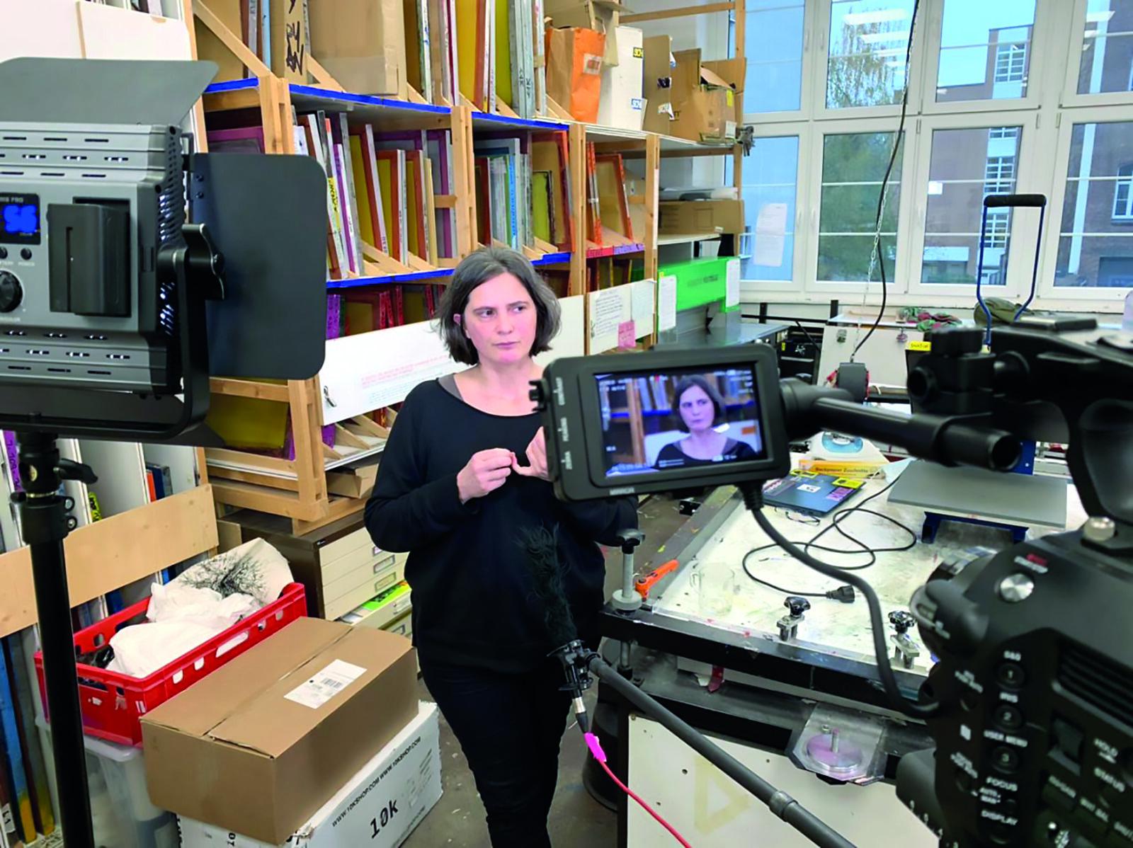 Die Illustratorin und Buchdruckerin Nathalie Scattolon beim Videodreh