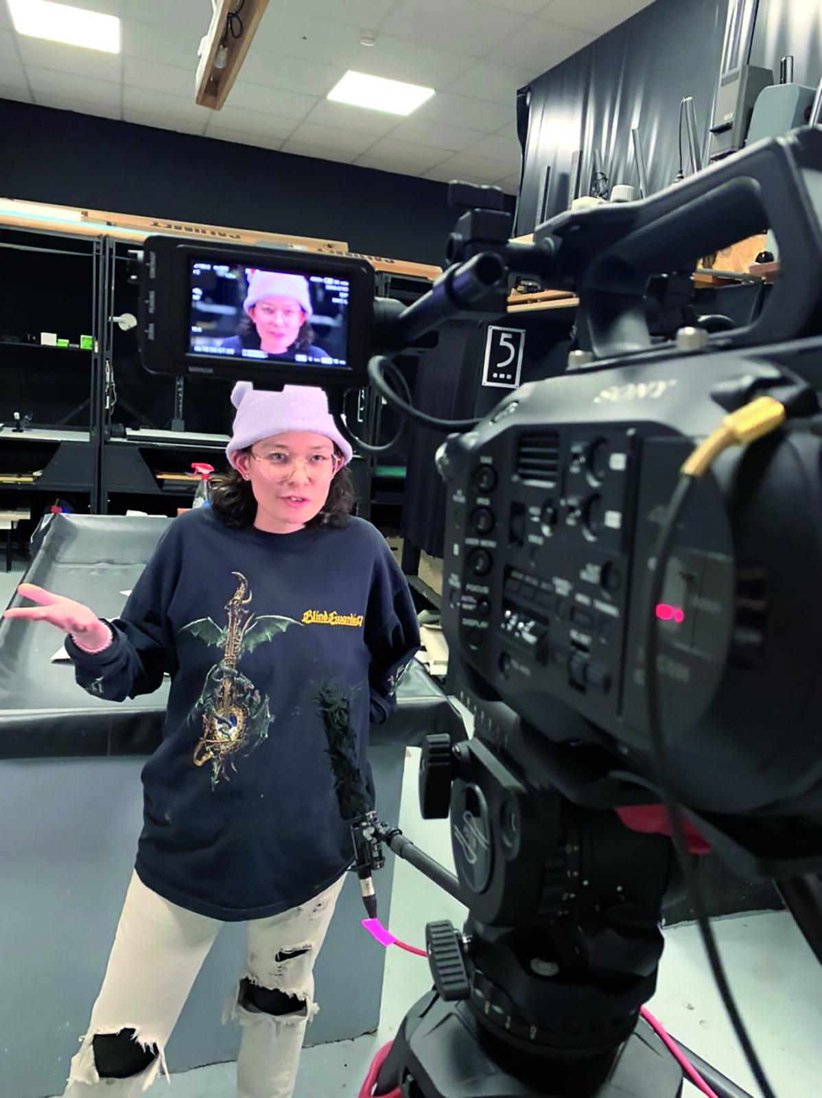 Alix Lucas, Fotografin und Bildene Künstlerin, beim Videodreh.