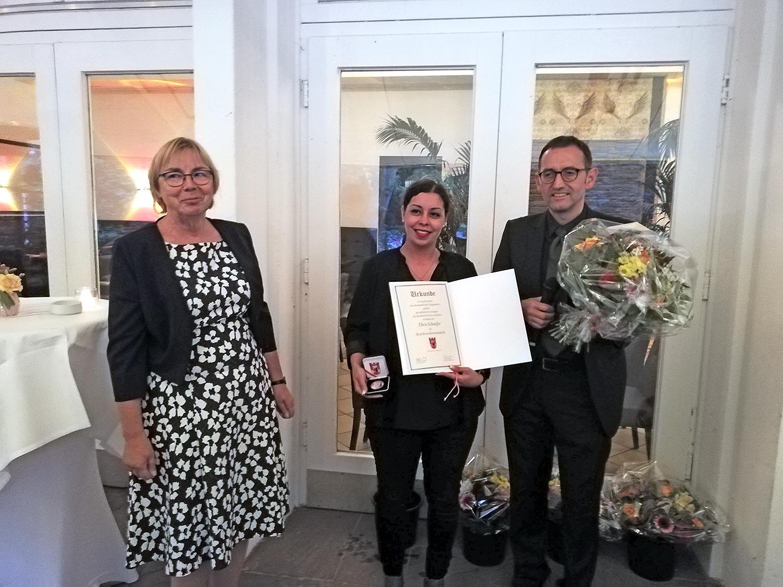 Ebru Schaefer (mitte) mit Sonja Kreitmair und Bezirksbürgermeister Stephan von Dassel