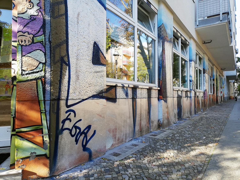 Beschmierte Fassade der Kita in der Wriezener Straße